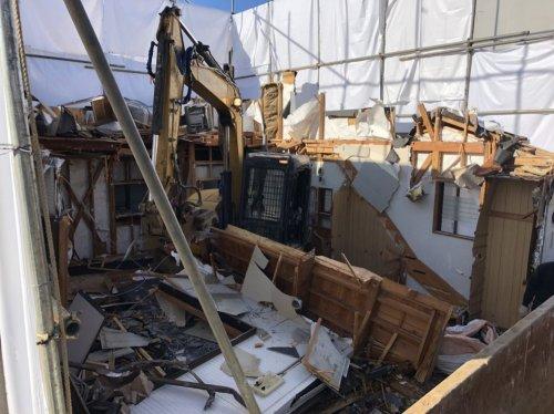 川越市石原町 木造3階建の家屋解体重機による家屋の解体