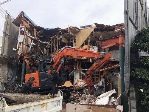 埼玉県所沢市 木造2階建て解体工事 施工事例建物解体中(重機解体)