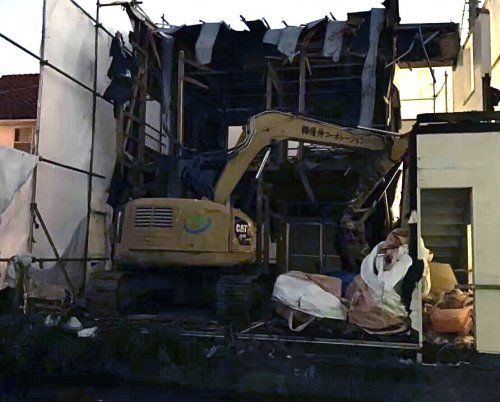 武蔵野市吉祥寺北町 木造解体工事重機による建物の解体工事