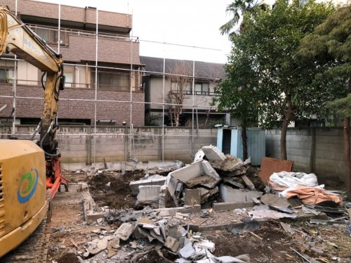 神奈川県川崎市京町 木造解体工事+植栽重機によるコンクリート基礎の解体工事