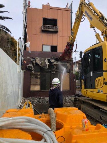 足立区梅田 鉄骨造3F解体工事塔屋手壊し後の、重機による建物の解体工事