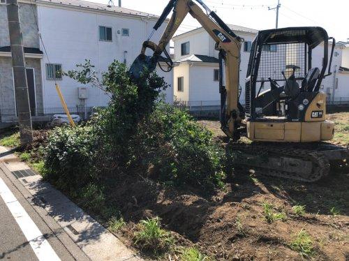 埼玉県川越市藤間の庭解体工事 施工事例重機による植栽の撤去