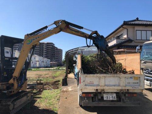 埼玉県川越市藤間の庭解体工事 施工事例重機のよる植栽の積荷