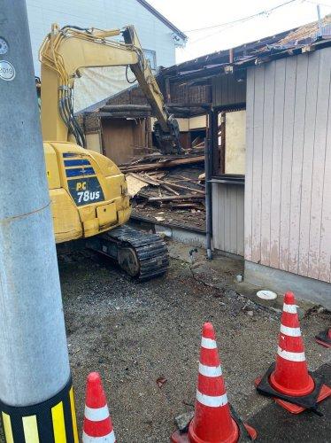 岐阜県各務原市蘇原沢上町の木造平家建解体工事重機による木造平家の解体工事