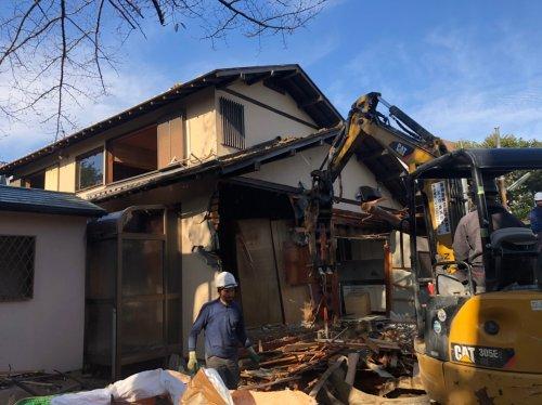 東京都世田谷区成城の木造家屋2棟解体工事 施工事例重機による木造2階建の解体工事