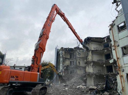 千葉県船橋市RC造団地大規模解体工事 施工事例重機によるRC造団地の解体工事